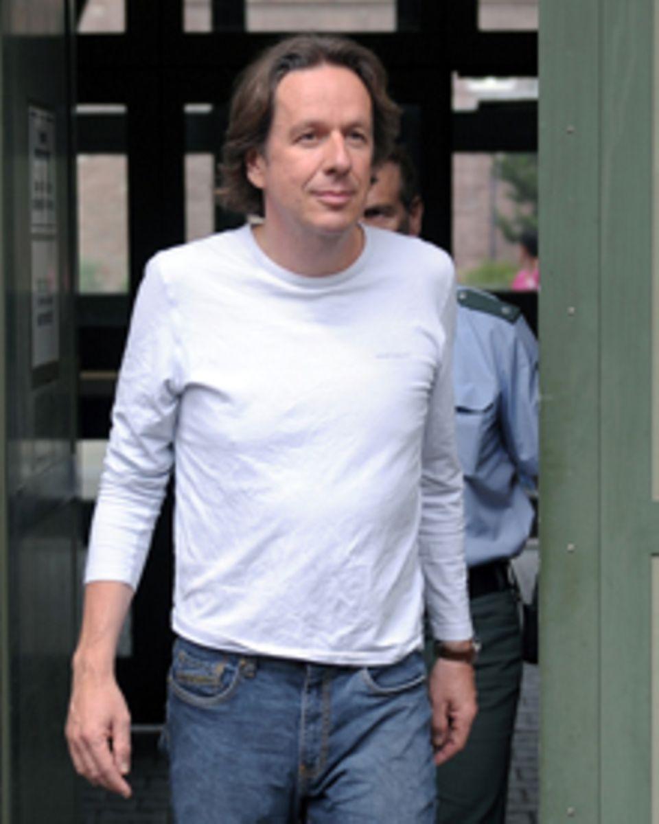 Der TV-Wettermoderator Jörg Kachelmann verlässt am Donnerstag (29.07.2010) die Justizvollzugsanstalt in Mannheim.