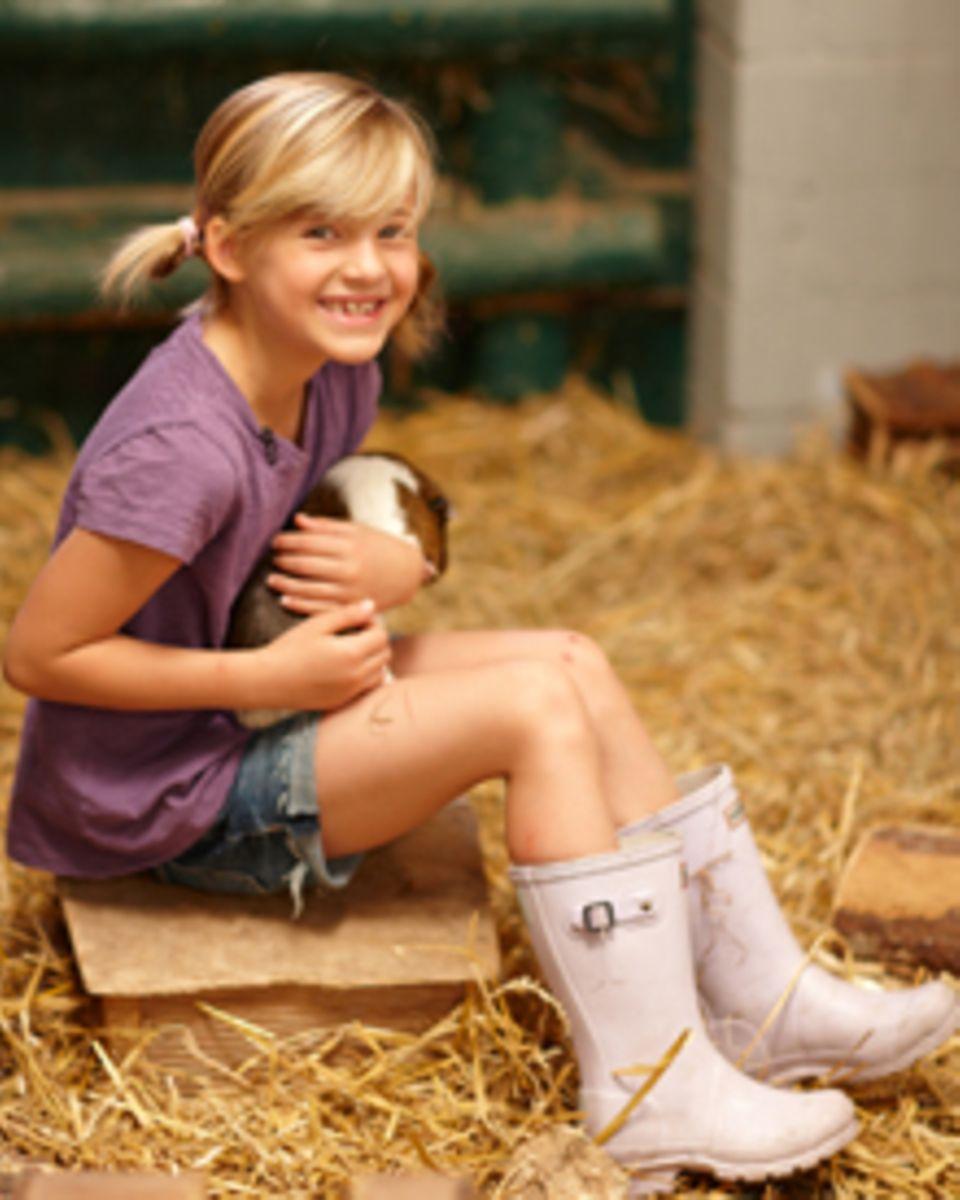 """Emma Schweiger zeigt anderen KIndern in """"die Pfotenbande"""", wie man verantwortungsvoll mit Tieren umgeht."""
