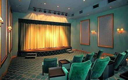 Nicht schlecht: Einen eigenen Kinosaal hat Familie Fisher-Cohen jetzt auch.