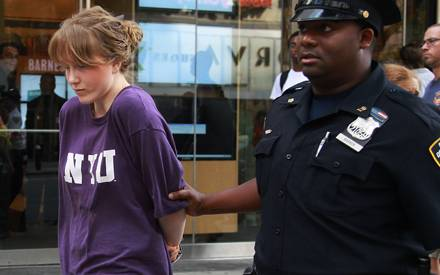 Caroline Giuliani wird in New York von einem Polizisten in Handschellen abgeführt, nachdem sie beim Diebstahl erwischt wurde.