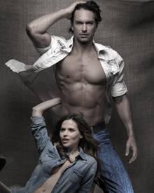 Viel nackte Haut und Jeans: Hana Nitsche und Marcus Schenkenberg bei einer neuen Kampagne.
