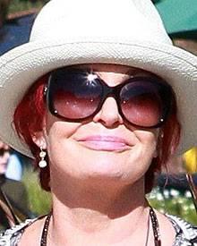 Sharon Osbourne zeigt ihre vollen Lippen.