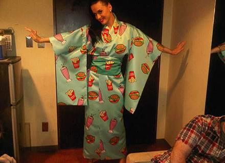 Ist der nicht schön? Katy Perry präsentiert ihren Kimono auf Twitter.