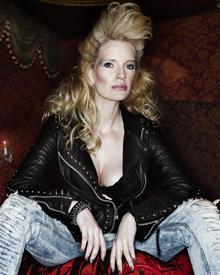 """Wo ist die nächste Party: Testimonial und Model Mirja Du Mont posiert rebellisch für das Hamburger Label """"Camouflage Deluxe""""."""