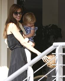 In Ungarn schaute sich Angelina Locations für ihren neuen Film an. Bei ihrer Ankunft am Flughafen in Budapest wurde sie mit ihre