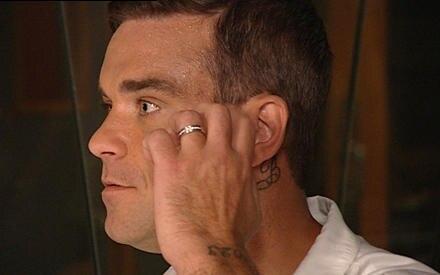 Robbie Williams zeigt seinen brandneuen Ehering.