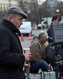 Guy Ritchie verfolgt über den Monitor konzentriert den Verlauf der Dreharbeiten.