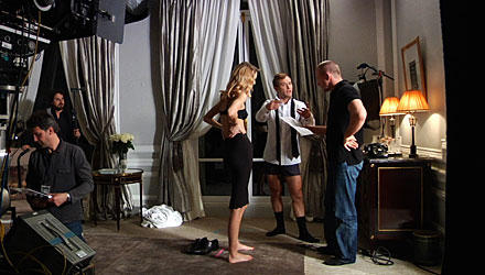 Spass am Set ist bei Jude Law und Guy Ritchie programmiert, egal ob vor dem Eiffelturm oder beim Dreh im Hotelzimmer mit Model M