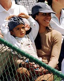 1997: Noah und Barbara Becker jubeln Papa Boris bei einem Tennis-Match in Melbourne zu.