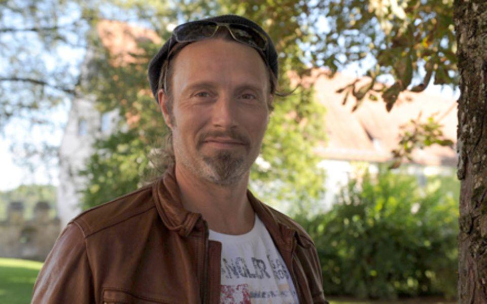 Mads Mikkelsen genießt die Natur im oberbayerischen Burghausen.