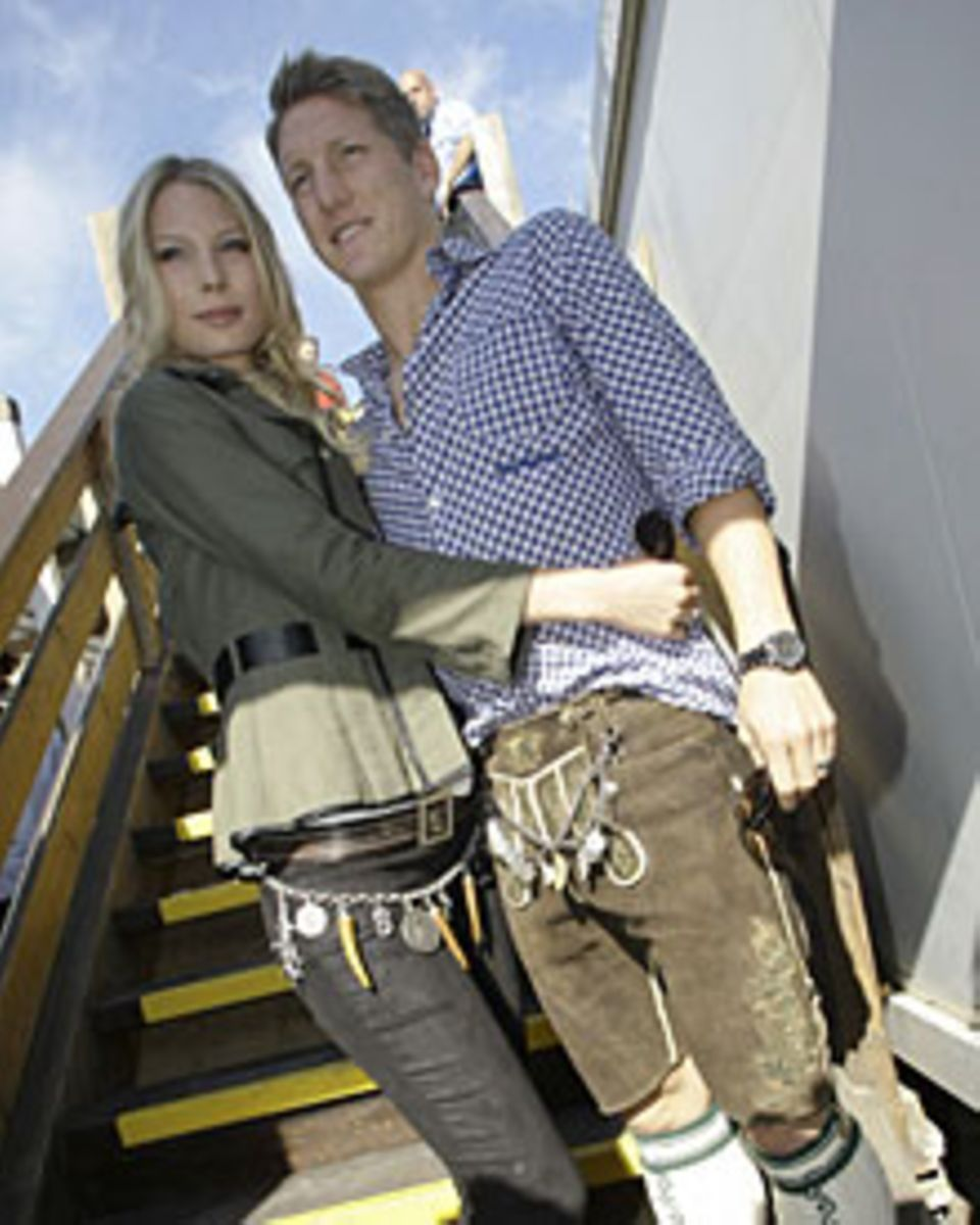 Wie cool der Trachtenlook sein kann, beweisen Fußballer Bastian Schweinsteiger und seine Modelfreundin Sarah Brandner 2009.