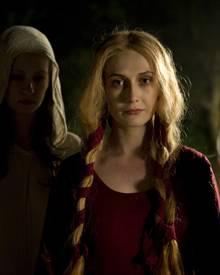 Langiva (Carice van Houten) hat die Dorfbewohner mit ihren Geschichten und Ritualen folgsam gemacht. Auch an Osmund hat sie Inte
