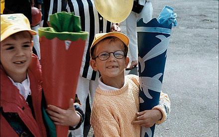 Früher die Schultüte, heute der Pokal: Fabian Hambüchen bei seiner Einschulung.