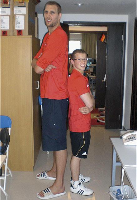 """""""Stellt euch mal Rücken an Rücken"""", forderte der Fotograf Dirk Nowitzki und Fabian Hambüchen auf. """"Wohl eher Arsch an Rücken"""", m"""