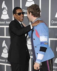 Bei den Grammy Awards begrüßten Jay-Z und Chris Martin sich herzlich auf dem roten Teppich.