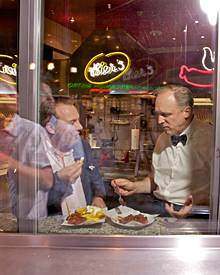 """23.45 Uhr - Im """"Bier's""""-Imbiss in Berlin-Mitte stärken sich die zwei mit Currywurst und Pommes."""