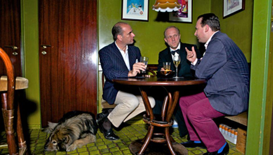 """1.10 Uhr - Talk im """"Rum Trader"""" mit dem Autor Kirk Williams (l.), einem Freund von Tukur. Hund Toto wartet derweil geduldig."""
