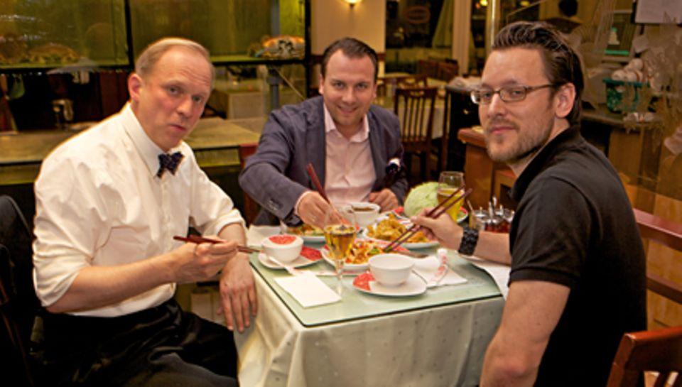 """2.00 Uhr - Die letzte Station: Ulrich Tukur, Tim Raue und GALA-Chefreporter Hauke Herffs beim Asia-Snack im """"Good Friends""""."""