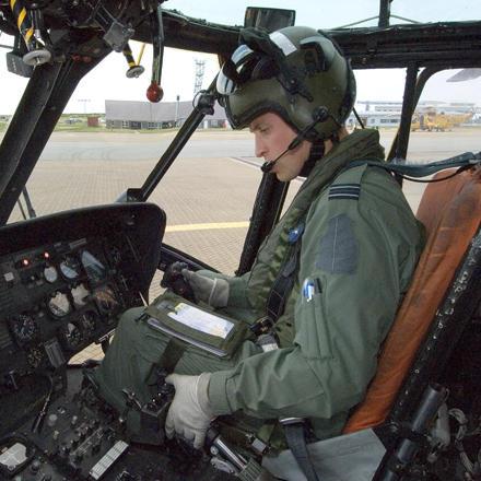 Alles unter Kontrolle: Prinz William in Piloten-Uniform im Cockpit eines Hubschraubers.