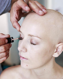 Krebspatientin Hanna wird für das Shooting mit Fotografin Gabo geschminkt.
