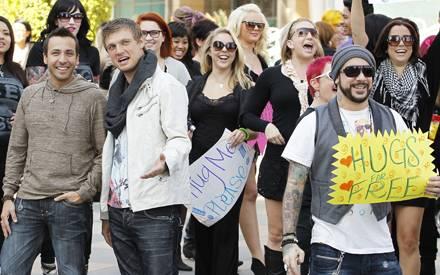 """Howie, Nick und A.J. von den """"Backstreet Boys"""" verteilen in Los Angeles auf der Straße Umarmungen."""