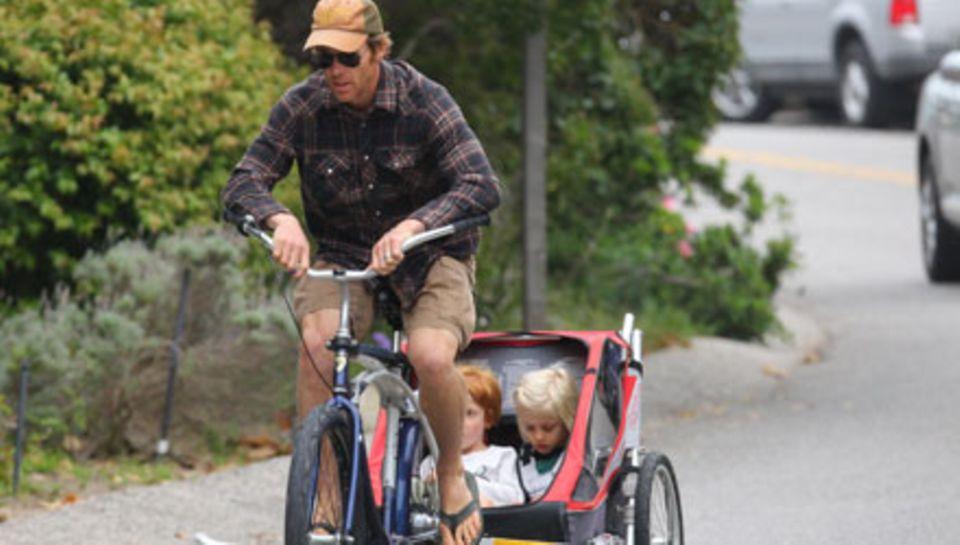 Julia Roberts' Gatte Danny Moder unternimmt mit den Zwillingen Phinnaeus und Hazel auch gerne Fahrradtouren.