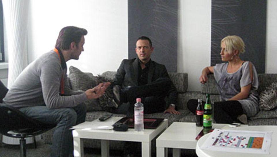 """Till Brönner und Sarah Connor mit GALA-Chefreporter Hauke Herffs (l.) im Backstage-Bereich des """"X Factor""""-Studios in Köln"""