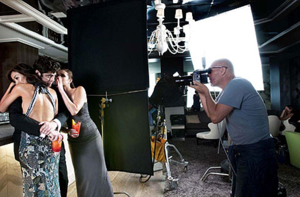 Umgeben von schönen Frauen: Ein Blick hinter die Kulissen des Fotoshootings mit Benicio del Toro.