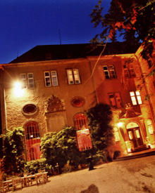 Die Festbeleuchtung im Schloss Burg Namedy unterstreicht die besondere Atmopshäre einer Hochzeit.