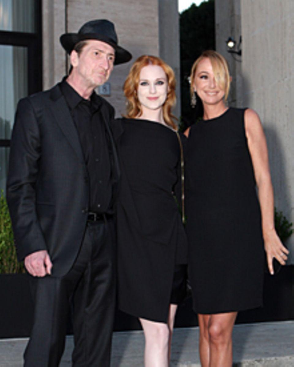 """Regisseur Frank Miller, 53, und Schauspielerin Evan Rachel Wood, 23, wirkten beim """"Guilty""""-Start mit. Rechts daneben die Gastgeb"""
