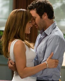 Zoe (Jennifer Lopez) und Stan (Alex O'Loughlin) kommen sich schnell näher.