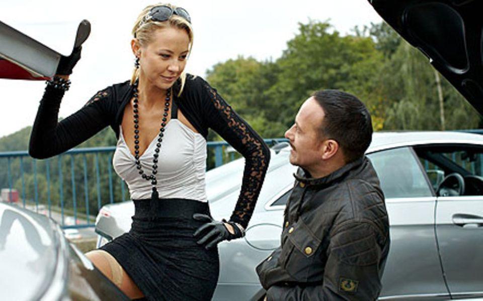 Vor ihrem Tod flirtet Katharina (Alessandra Pocher) noch heftig mit der Polizei.