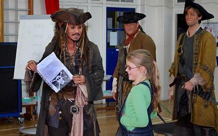 Ihr Hilferuf wurde erhört: Johnny Depp besuchte Beatrice Delap und ihre Freunde als Captain Jack Sparrow.