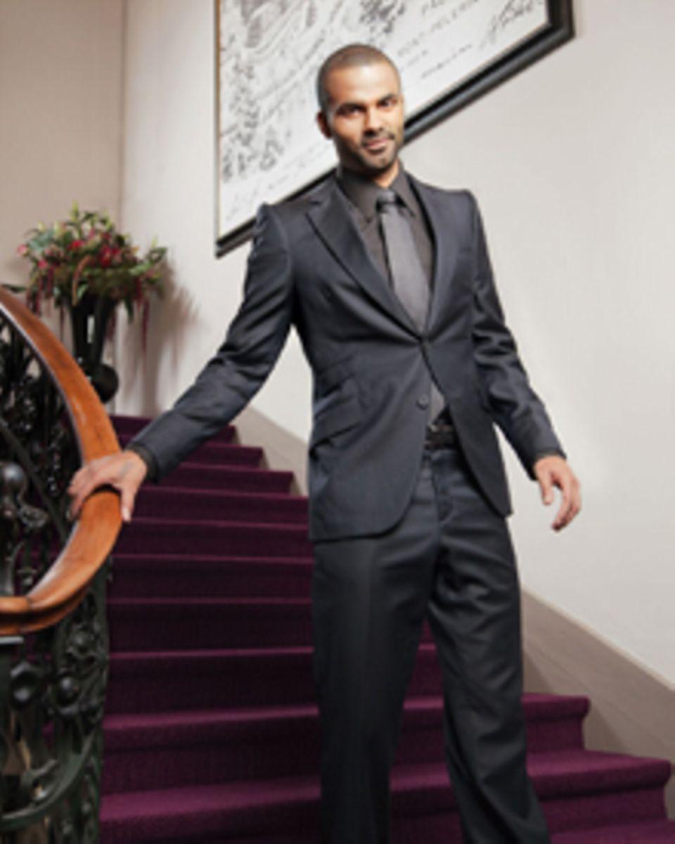 Tony Parker posiert für ein Foto auf der Treppe.