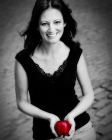 Kimbra Hickey und ihre berühmten Hände: Ohne Apfel geht sie nicht mehr aus dem Haus.