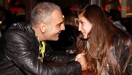 """Frisch verliebt zeigt sich Designer Christian Audigier mit seiner neuen Freundin Aisha an ihrem Arbeitsplatz in der """"Dual Bar"""" i"""