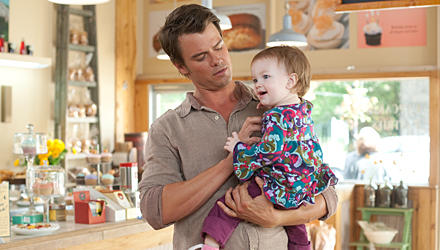 """Hollywoods Charmebolzen Josh Duhamel wird in """"So spielt das Leben"""" unverhofft Vater."""
