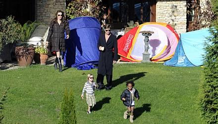 Morgens bei den Pitt-Jolies: Shiloh und Zahara stromern im Garten, Brad gönnt sich einen Kaffee, Angelina behält alles im Blick.