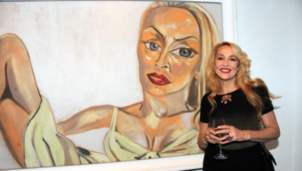 Stolz posiert Jerry Hall vor einem ihrer Gemälde.