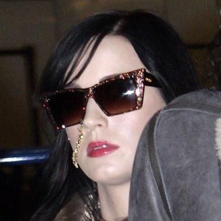 Katy Perry bei ihrer Abreise am Londoner Flughafen mit traditioneller Nasenkette.
