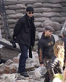 Brad Pitt ganz privat: Als Setbesucher fotografiert er viel. Zwischendurch gibt er den ungarischen Fans immer wieder Autogramme.
