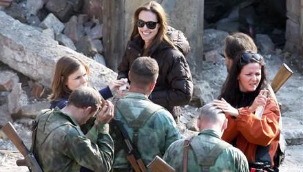 Wenn die Schauspielerin und Regisseurin ihren Daunenmantel auszieht, sieht zwar jeder, wie schmal sie ist. Aber ihr Lachen wirkt