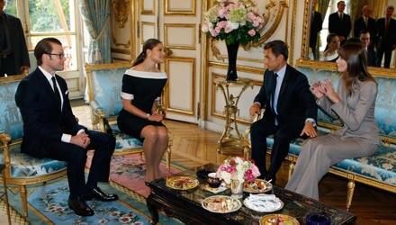 Bei ihrem Frankreich-Besuch stellt Prinzessin Victoria Ex-Model Carla Bruni locker in den Schatten.