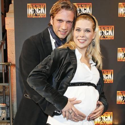 """Die schwangere Tanja Szewczenko und ihr Freund Norman Jeschke bei der Musical-Premiere von """"We will rock you"""" in Berlin."""
