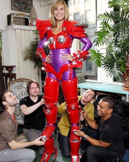 Heidi Klum bei der Anprobe ihres übergroßen Halloween-Kostüms.