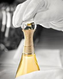 "Filigrane Feinarbeit beim goldenen Flakon des neuen Dior-Dufts ""J'adore L'Or""."