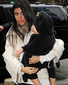 Als Spinne verkelidet wird Mason von Mama Kourtney Kardashian zum Musikunterricht gebracht.