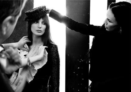 Stars unter sich: Beim Kampagnen-Shoot wird Daria Werbowy von L'Wren gestylt.