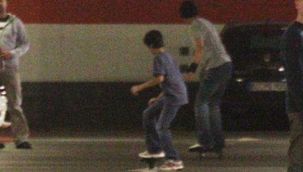 Shahrukh Khan und sein Sohn probierten die neu erstandenen Wave-Boards in einem Berliner Parkhaus aus.