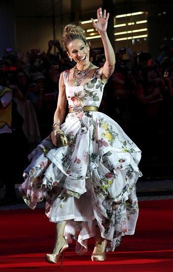 """Im Blütentraum von Vivienne Westwood bei der """"SATC2""""-Premiere in Japan sieht die Schauspielerin fast aus wie eine Märchenfee."""